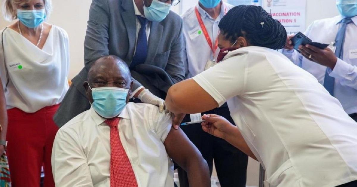 Le président Cyril Ramaphosa donne l'exemple et se fait vacciner (2)