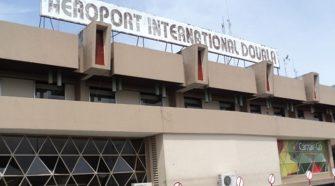 Cameroun , des expulsions à l'aéroport de Douala